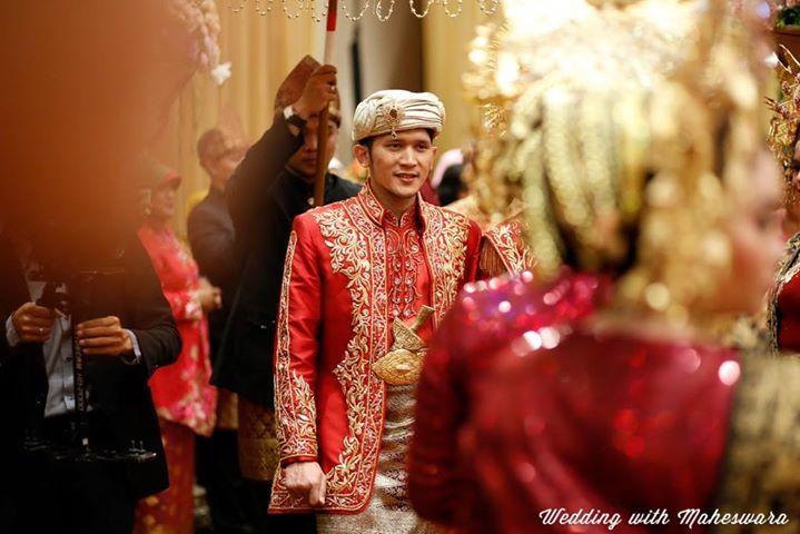 Penutup kepala pengantin pria pada pernikahan adat Minangkabau, berdesain layaknya mahkota raja atau sultan di Pulau Sumatra pada masa lampau.