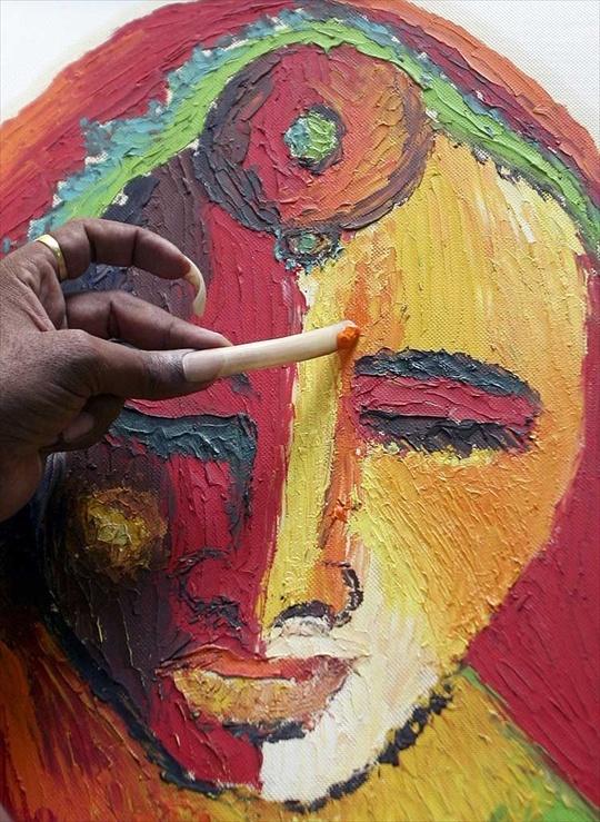Scopri l'artista che dipinge con gli artigli (e non è una bestia)