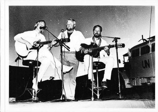 Norwegian Song Trio - Norsk visetrio UNIFIL  Lebanon - 84 ,  så videre til  Tyskland,Østerrike,Sveits,Frankrike,Portugal,Spania - Ved siden av fem USA turne´er og mange spillejobber her hjemme,var trioen en av landets mest aktive grupper på 80 tallet -  Norsk Visetro,var Odd Erik Hagen,sang - Tore Øvland,sang & gitar - Jan Øvland,gitar & sang . Etter at Jan forlot trioen i 86,ble han etterfulgt av Bror Skog, før Roy Johansen steppet inn de siste årene -