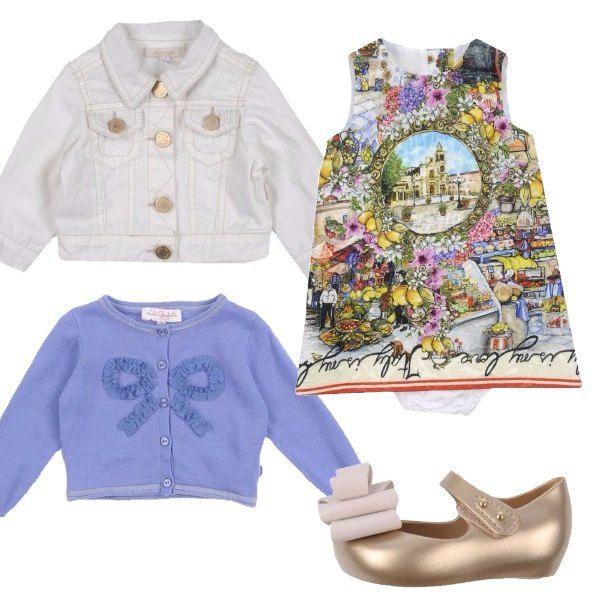 Outfit per neonata composto da vestitino con stampa che ricorda l'atmosfera e i colori dell'estate, cardigan celeste con fiocco sul davanti, giubbotto di jeans bianco e ballerine dorate.