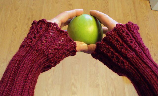 These cute fingerless mitts looks gorgeous as an everyday accessorie. They are very easy to knit, and the crocheted bind-off is shown in a video.