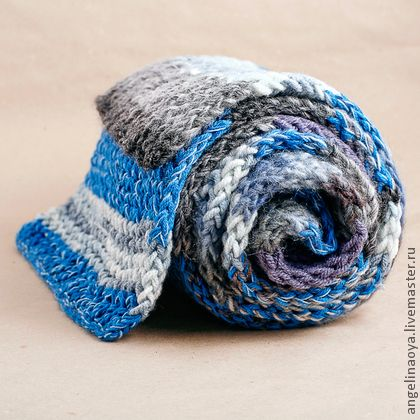 Шарф `Синяя полоса`. Шарф синих оттенков с серыми, широкий, уютный, из итальянсой пряжи 60% шерсть+40% акрил. Яркий, и мужской и женский, Отличный подарок, например, к новому году синей лошади :)  В данный момент шарфик находится в магазине на…