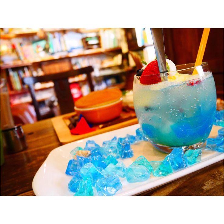 夏に向けてやっぱり飲みたくなる、クリームソーダ。でも毎回同じのだと飽きてしまいますよね。そんな今回は、女の子の可愛いを刺激する、色とりどりのクリームソーダのお店、東京の「純喫茶さぼうる」「喫茶 宝石箱」大阪の「ペンネンネネム」をご紹介します。