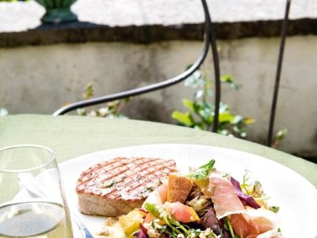 Grilled tuna with peach salad