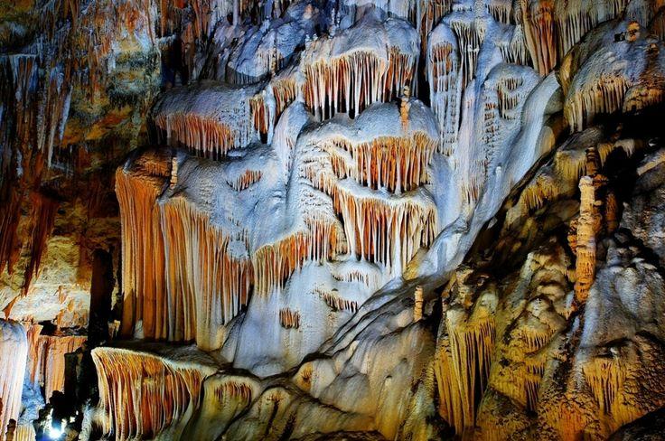 Aynalıgöl mağarası/Aydıncık/Mersin/// Gilindire veya Aynalıgöl Mağarası, Mersin'e bağlı Aydıncık ilçesinin 7,5 km güneydoğusunda, Sancak Burnu ile Kurtini Deresi arasında yer alan mağara. Bir çoban tarafından tesadüf eseri bulunuştur. Giriş ağzı denize bakan ve hemen önünde küçük bir köy bulunan mağaraya denizden ve karadan gidilebilmektedir.