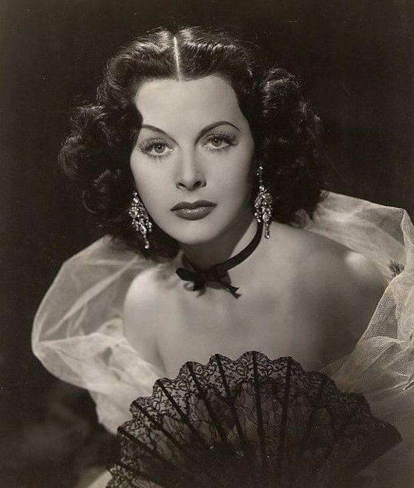 Хеди Ламарр / Hedy Lamarr (настоящее имя — Хедвига Ева Мария Кислер) — австрийская и американская актриса. Она родилась 9 ноября 1914 года в Вене в еврейской семье. Актриса (тогда еще под настоящей фамилией Кислер) стала знаменитой в 1933 году, снявшись в чехословацко-австрийском фильме «Экстаз», который стал первым непорнографическим фильмом, содержавшим длительную обнаженную сцену, а также половой акт и женский оргазм. Актриса умерла 19 января 2000 года в США.