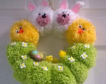 Handgemachte Kranz aus Pompons, dekoriert mit Ostern Küken, Filz Blumen und anderen Verzierungen,