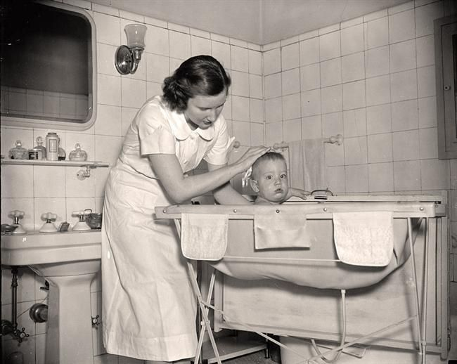 The stand-up, baby bath/changing table of the 1950s. I used one like this in 1968 for my daughter.