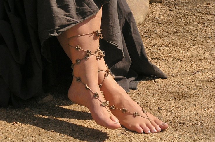 Crochet lace up barefoot sandals...  Adornando tus pies descalzos...