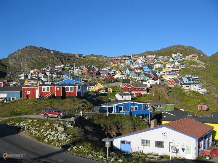 Какорток – #Гренландия (#GL) А в Гренландии ведь тоже люди живут, немного, но всё же! И вот примерно так это выглядит, довольно симпатично.  ↳ http://ru.esosedi.org/GL/places/1000233882/kakortok/