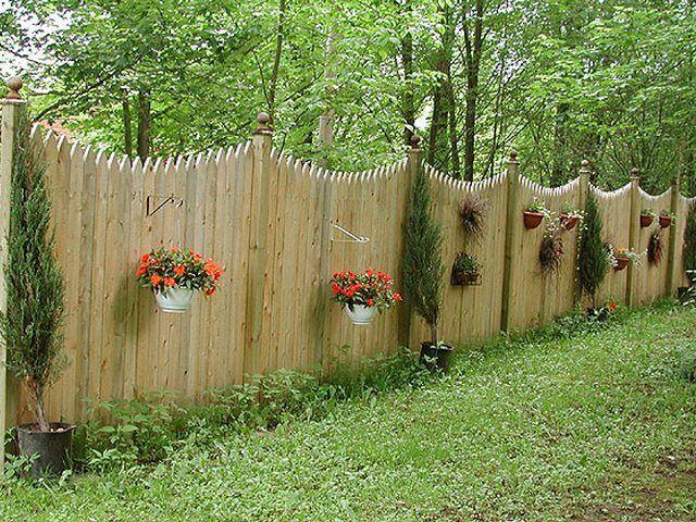 Красивые заборы с нестандартным расположением досок, деревянные ограждения и изгороди, идеи и фотографии красивых заборов, творческий подход к ограждениям
