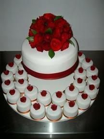 Pada masa itu kue pengantin terbuat dari gandum. Kue tersebut dilemparkan ke pengantin wanita sebagai simbol kesuburan. Pada jaman itu, kue pengantin juga disajikan sebagai dessert.