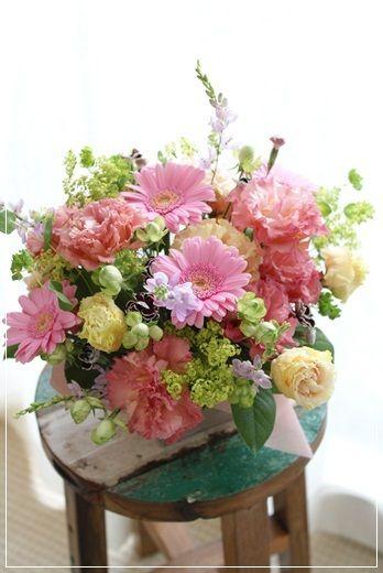 【今日の贈花】テーブルに飾るお誕生日アレンジ|Flower note の 花日記 (横浜・上大岡 アレンジメント教室)