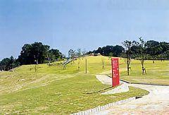 京都府城陽市にある鴻巣山運動公園は家族で遊びに行くにはもってこいの公園 公園内はスポーツゾーンとレクリエーションゾーンに分かれていてレクリエーションゾーンにはバンクーバー砦というアメリカ合衆国バンクーバ市のバンクーバー砦をモチーフにしている珍しい遊具があります この公園の一番の目玉とも言える全長140mのローラースライダーはスピード感もあり迫力満点 天気のいい日にはお弁当をもっていくといいですよ