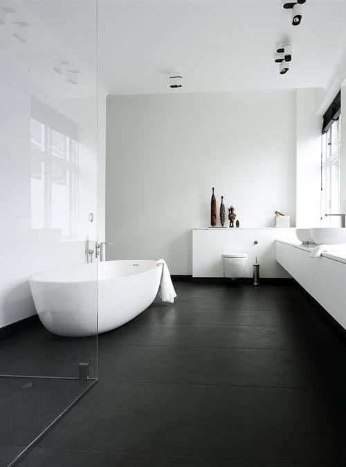 Une baignoire îlot très douce dans une salle de bains très épurée