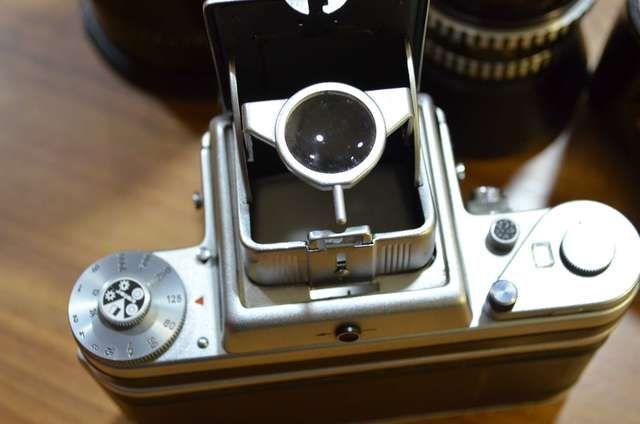 . Precioso equipo de medio formato. perfecto, sin ningún tipo de rozaduras, perfecto estado de conservación y funcionamiento. os presentamos una cámara fotográfica de medio formato de la marca pentacon (veb pentacon dresden alemania) año 1960, 6 x 6, utiliza carrete de 120m/m. todo perfecto. objetivos carl zeiss jena, uno de 2,8/80, otro ojo de pez o gran angular de 4/50 Nº 9066031 y el ultimo orestegor gölitz Nº 4912710 de 4/300, todos con sus protectores cajas de cuero, sin ningún tipo de…