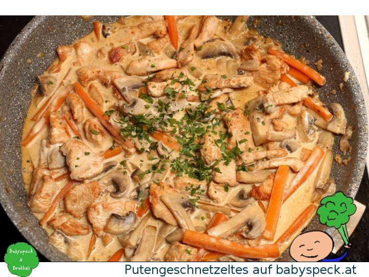 Putengeschnetzeltes mit Champignons und Karotten - perfekt für den Familientisch und für schon etwas geübtere BLW-Babys - das schmeckt der ganzen Familie!