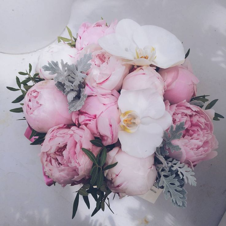 Buchet cu bujori roz si orhidee. Flower bouquet with peonies and orchids.