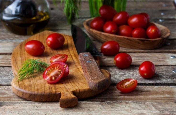 Мелкие овощи можно разрезать пополам либо оставить целыми, это не даст им сгореть или превратиться в кашу
