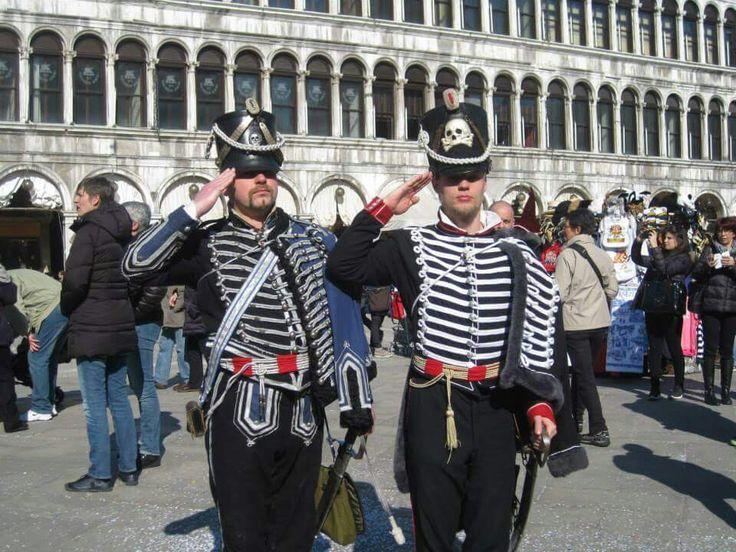 Ussari in uniforme agli attenti