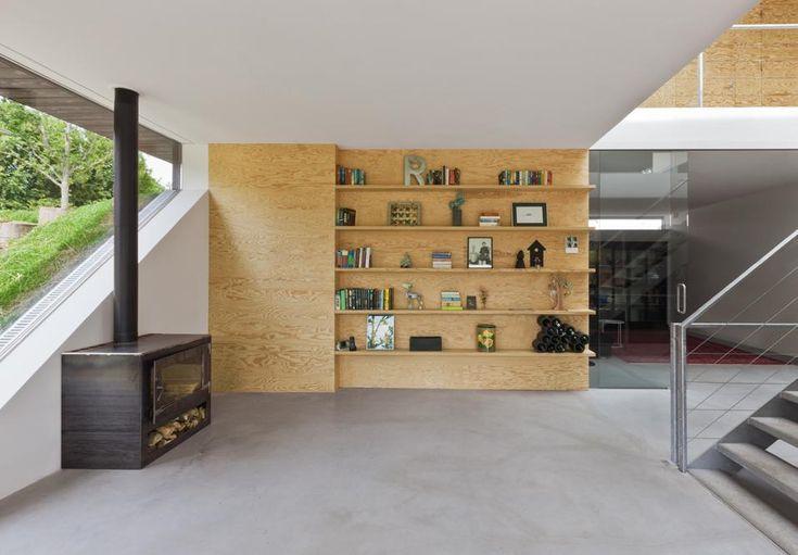 Villa nella campagna olandese RISPARMIO ENERGETICO Il piano terreno ospita una stufa in metallo a legna. La casa è alimentata da energia geotermica e dispone inoltre di collettori solari sul tetto, che è coperto di muschio per garantire ulteriore isolamento termico.