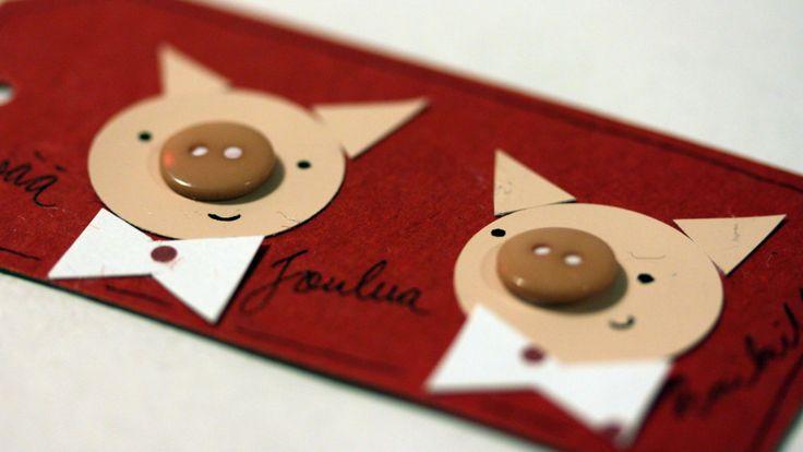 Askartele joulu- ja pakettikortit vanhoista napeista. Sommittele papereilla ja napeilla kuva korttiin. Koristele, piirrä ja kirjoita korttiin tervehdyksesi.