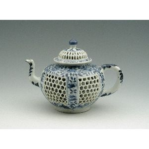 Chinese Early Qing Dynasty, Transitional Period (1620-1670) reticulated honeycomb-form teapot, second half of 17th century, hard-paste porcelain with underglaze blue / The Frick Collection, New York City, USA