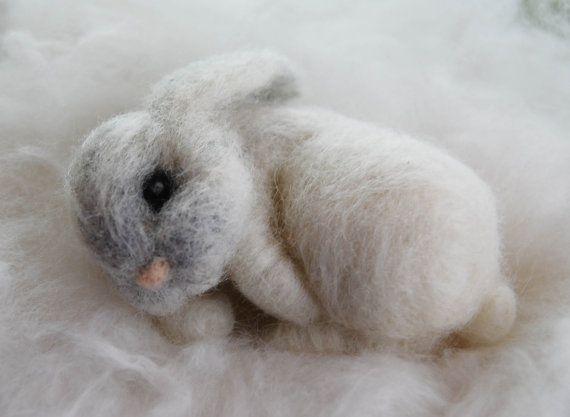 Deze schattige baby konijntje kan nestelen recht in de palm van uw hand. Het kan omhoog krullen voor een beetje nap waar u zou kunnen veronderstellen plaatsen. Op een boekenplank, een venster richel, op een tabel van de natuur en nog veel meer. Het is zo lief voor home decor en een vleugje