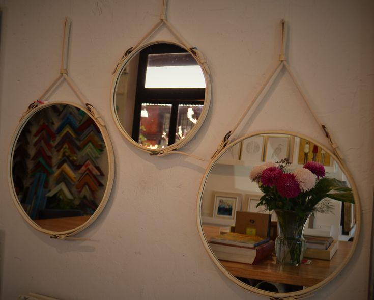 Espejos redondos en cuero natural y con hebillas. Divinos! #Espejoscuero #Espejohebillas
