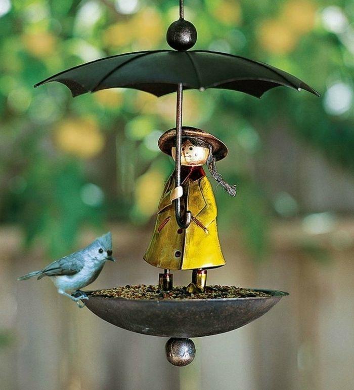 futterhäuschen für vögel aus blech mädchen mit gelbem