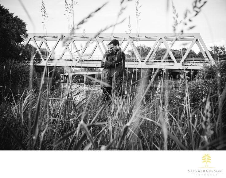 Företagsfoto - Porträttfoto - Bröllopsfotograf | Fotograf Stig Albansson - Parfotografering innan bröllop i Göteborg: Finstämd bild på par som fotograferas inför deras kommande bröllop.&nbsp,:   Parfotografering en försommarkväll i Göteborg.&nbsp, Location: Säveån, Göteborg.