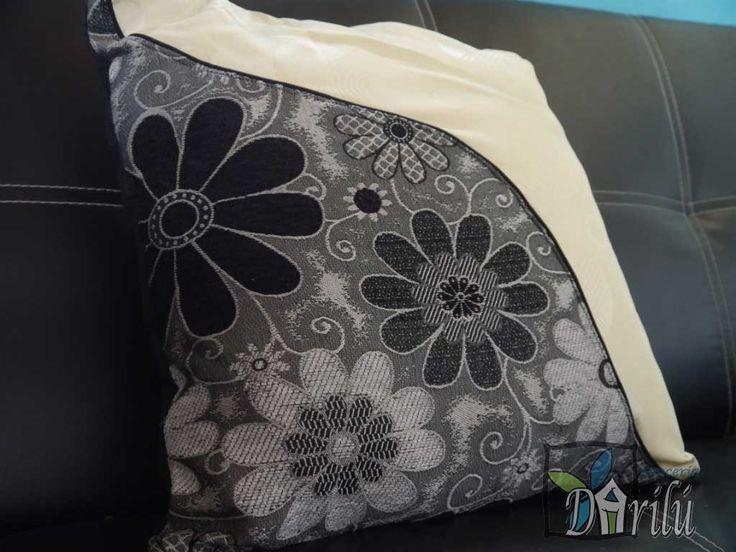 Cojín beige con sesgo diagonal redondeado, combinado con tela en motivos de flores negras