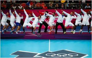 Les experts cassent la table du plateau de l equipe TV [video] - http://www.2tout2rien.fr/les-experts-cassent-la-table-du-plateau-de-l-equipe-tv-video/