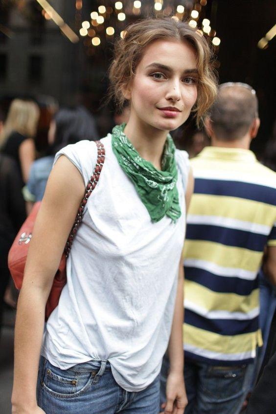 A bandana é um daqueles itens fashions que vão e voltam. A multifuncionalidade desse acessório é a chave, ele pode ser usado no cabelo ou no pescoço, como nesse look de bandana verde e blusa branca.