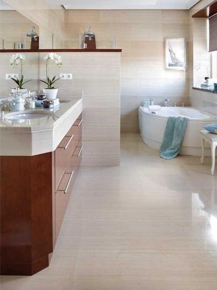 Sin hacer obras, sólo con unos ligeros cambios, como un bajolavabo de madera, una cabina de ducha con hidromasaje y detalles decorativos, este baño ha ganado calidez y encanto.