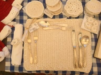 Buglets place settings in cotton with bamboo edging in the same colour. Placemats, coasters and serviette rings create the perfect setting for elegant entertaining.