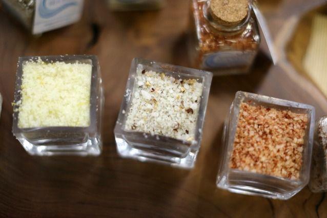 Utilizza il sale per le pulizie: ravviva i colori e pulisce il frigo.