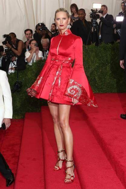 Wunderschön und sexy: Model Karolina Kurkovazeigte viel Bein in einer asiatisch angehauchten Robe von Tommy Hilfiger.