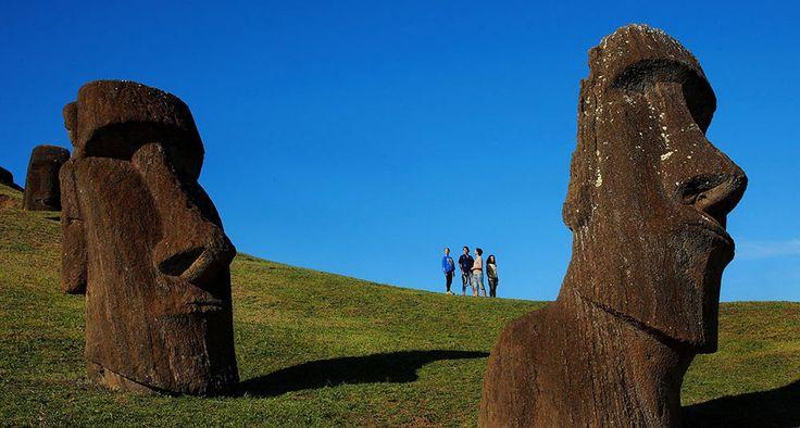 Se cree que las esculturas moáis en la Isla de Pascua fueron creadas para venerar a caciques y antepasados divinos.