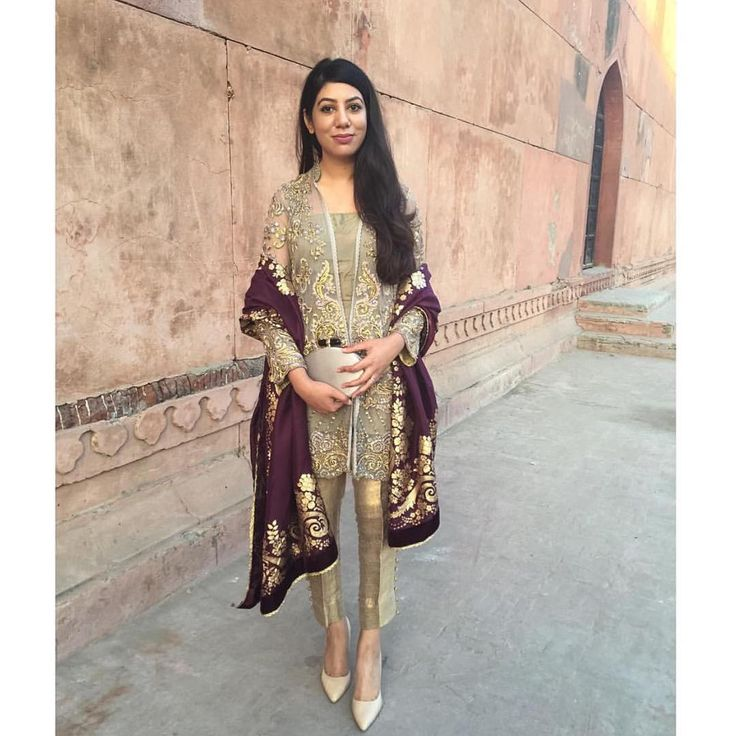 """""""Wore this gorgeous #SairaRizwan outfit and shawl today at a Nikkah. The highlight of my day was seeing Badshahi Mosque for the first time ❤️❤️ via…"""""""