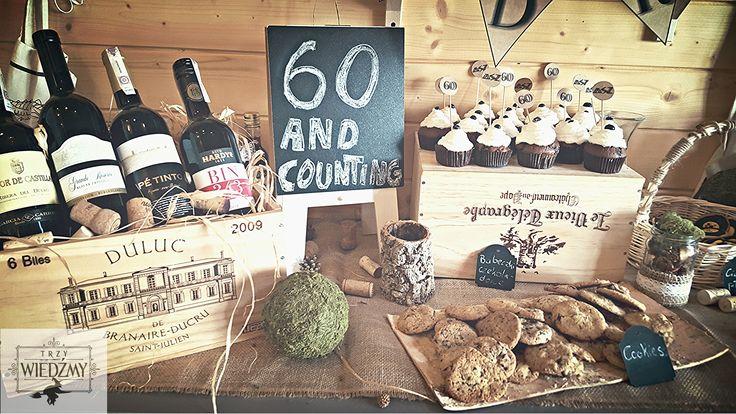 Bufet słodki - babeczki czekoladowe, szarlotki na patyczkach, cookies, ciasteczka płyty winylowe. Bufet alkoholowy - skrzyneczka z winami. Dekoracja stworzona z skrzynek i korków do wina, zielonego mchu, kulek, słoików z ekologiczną wstążką oraz kredowych tablic. / Rustic, fall, natural, wood, woodland, eco, birthday, man, party, 60, 60th decorations, ideas, sweet, food, cupckakes, mini pies, pops, ideas, cookies, blackboards, mason jar, wine box, moss, lace.
