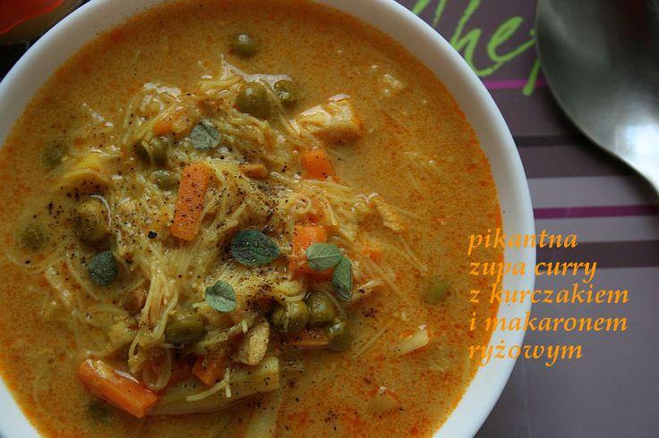 Pikantna zupa curry z kurczakiem i makaronem ryżowym.