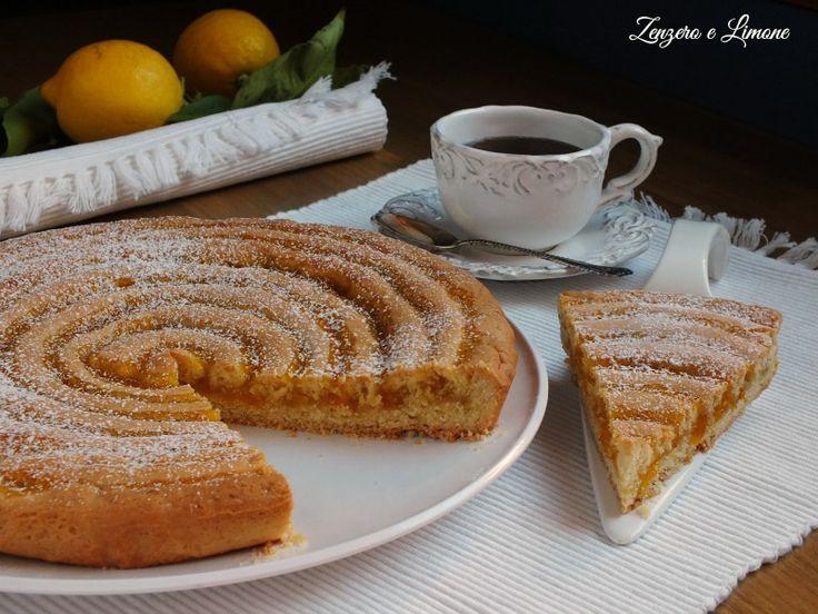 Davvero deliziosa la ricetta di questa crostata alla marmellata realizzata con una frolla morbida e decorata con un motivo a chiocciola.