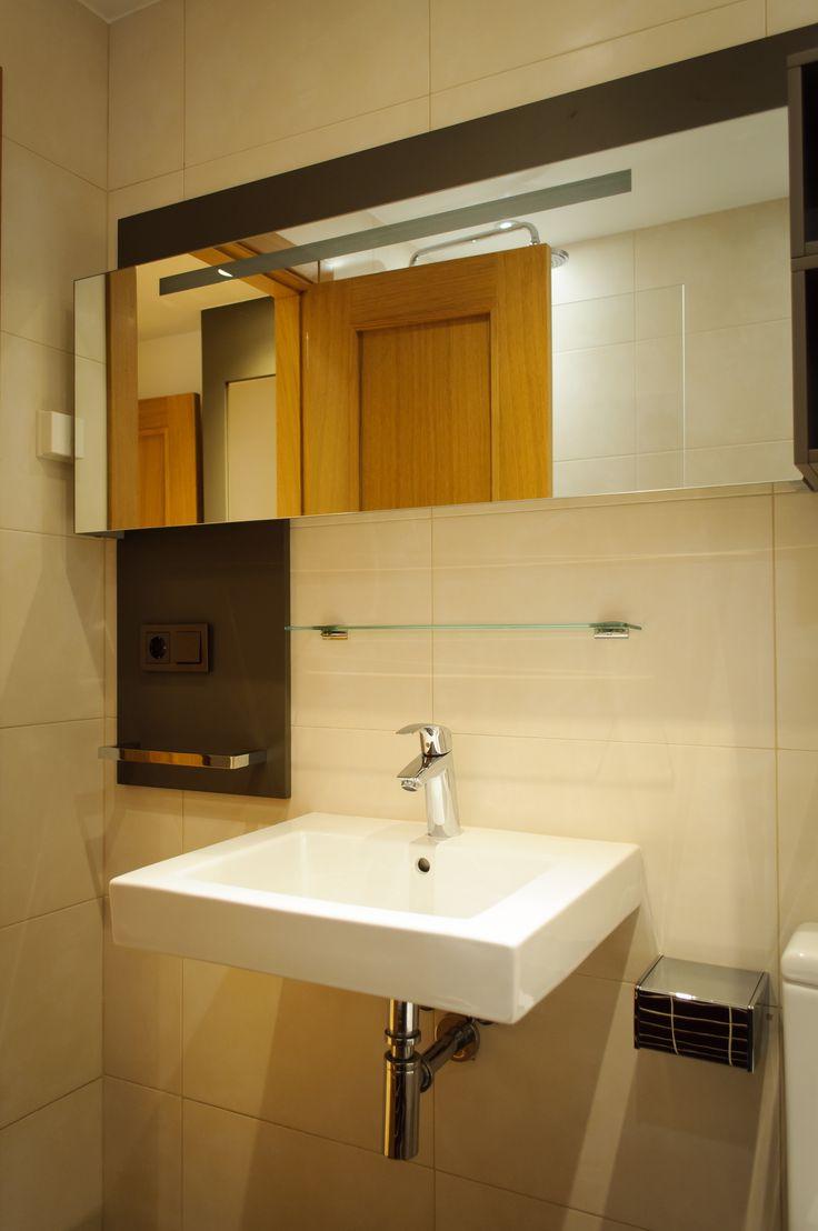 Mueble baño modelo Manchester Apri, armario con espejo e iluminación integrada.