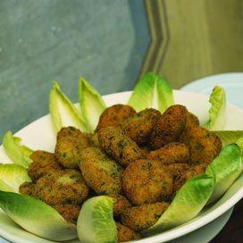 Ingredienti2 piccoli cavolfiori oppure uno grosso60 g di pecorino grattugiatoun uovoun ciuffo di prezzemolo3 cucchiai di capperi sott