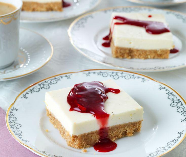 Extra lättbakad cheesecake med en syrlig rabarbersirap på toppen. Fin att förbereda dagen före och perfekt när man ska bjuda många!