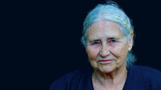 La scrittirce era nata a Kermanshah e cresciuta in Zimbabwe, ma viveva a Londra da oltre mezzo secolo. Il suo editore, Harper Collins, ha precisato che si