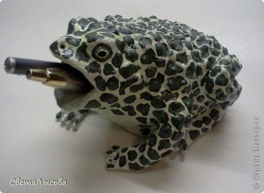 Всем привет! Увидела я у Ольги Угнивенко жабу вот здесь http://stranamasterov.ru/node/548609 и очень-но мне захотелось такую же сотворить. Но поскольку я человек до мозга костей практичный, то у меня это не просто жаба, а хранительница ручки. Подарила я ее мужу на день рождения. фото 7