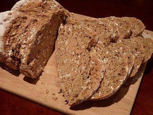 昨日ブログの記事で紹介した旦那のおばあちゃんの思い出の味・グリーンピースとレタスのスープ。そのスープには、イーストを使わず焼くパンを組み合わせました。重曹で膨…