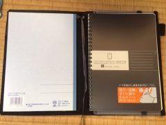 文具店を見て回っていたらコクヨのシステミックカバーノートという商品が目に留まったのでつい購入してしまいました() 中を開くと両側にノートを挟むことが出来るようになっていて冊のノートを使い分けることができてとっても便利 名刺や資料を収納すろポケットペンホルダーもついていて使い勝手抜群ですよ() これはおすすめです()v